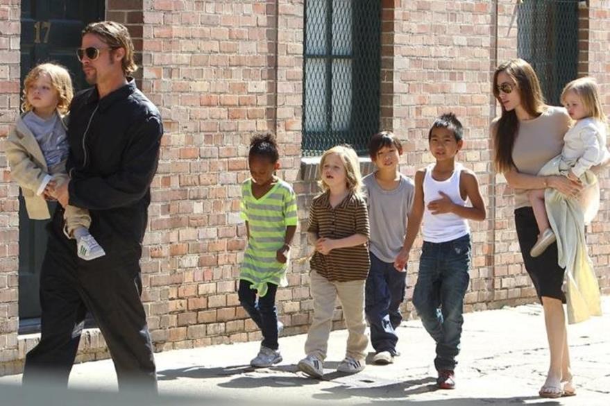 Angelina Jolie y Brad Pitt, con sus seis hijos, tres de los cuales son adoptados. (Foto Prensa Libre: Hemeroteca PL)