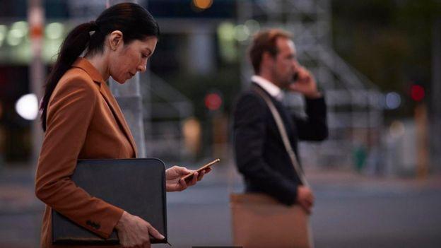Al tiempo que los empleados pueden estar utilizando parte de su tiempo laborable para mirar cosas personales en el teléfono, el trabajo puede estar tomando espacios en el tiempo que debe ser para la vida privada.GETTY IMAGES