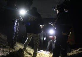 Policías y fiscales del MP, en el momento que identifican a la recién nacida. (Foto Prensa Libre: Ángel Julajuj)