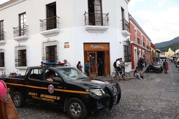 Policías brindarán seguridad en cajeros y bancos ante incremento de hechos delictivos por fiestas de fin de año. (Foto Prensa Libre: Renato Melgar)