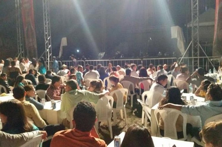 Público fue notificado de la cancelación del concierto a las 23 horas. (Foto Prensa Libre: Rigoberto Escobar)