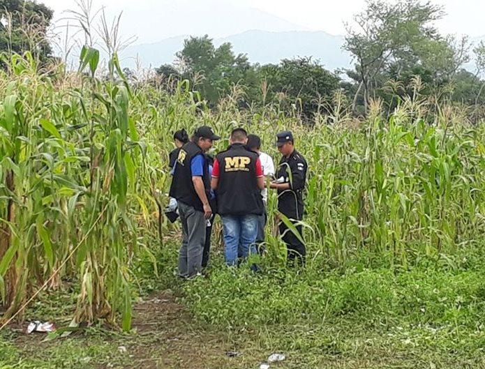 Peritos del Ministerio Público resguardan el lugar donde fue localizado el cadáver de la menor. (Foto Prensa Libre: Enrique Paredes)