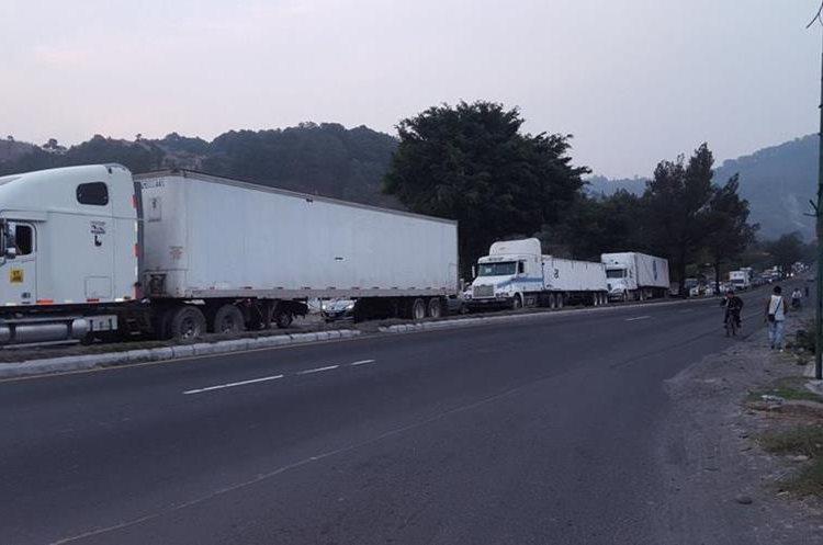 Transporte pesado varado en la cola. Foto Prensa Libre:@LuisGom42939815