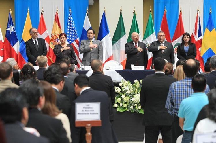 Iván Velásquez, director de Cicig, y representantes de los organismos de Estado, a excepción del presidente Jimmy Morales, participan en la presentación del informe de la comisión. (Foto: Esbin García)