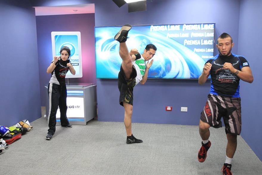 El calentamiento —que incluye movimientos de brazos y piernas, estiramientos y ejercicios cardiovasculares— es importante para preparar el cuerpo y no sufrir lesiones durante los combates.