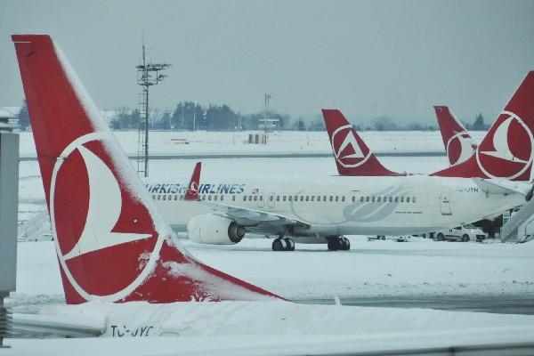 Aviones de Turkish Airlines están estacionadas por la nieve en Ataturk,  Estambul.(AP).