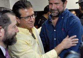 Francisco José y José Estuardo Valdés Paiz, luego de la audiencia de mayo, cuando se resolvió la clausura provisional del caso en su contra. (Foto Prensa Libre: Hemeroteca PL)