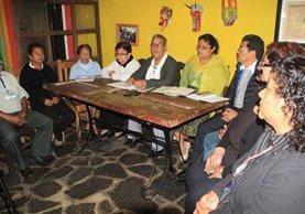 Integrantes del comité Pro-IGSS hablan sobre la construcción del edificio propio. (Foto Prensa Libre: Ángel Julajuj)