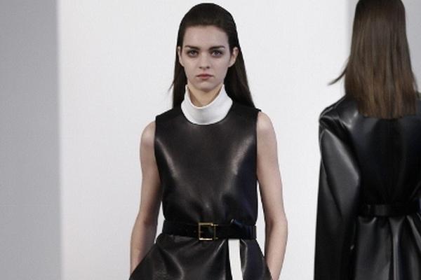<p>Las prendas destacan por la elegancia, las líneas rectas, los colores neutrales y la combinación de tejido.</p>