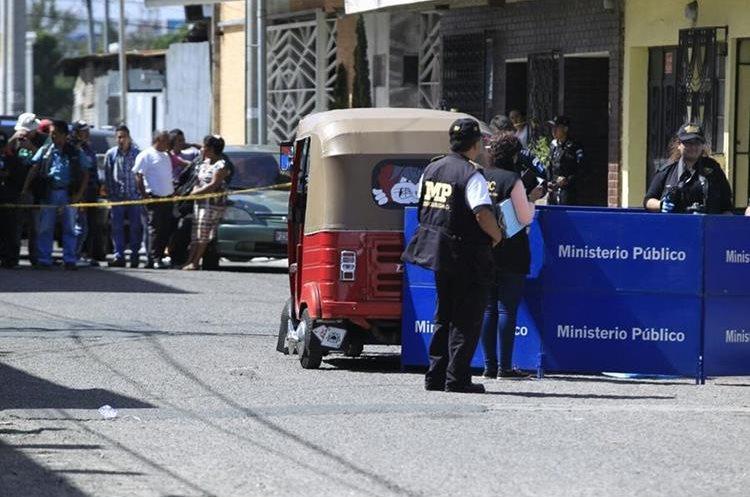El piloto de un mototaxi fue ultimado a balazos en la zona 7. (Foto Prensa Libre: Carlos Hernández)