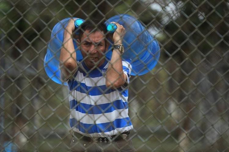 Algunos de los internos reciben agua en garrafones. Piden a las autoridades agilizar la reparación de la bomba.(Foto Prensa Libre: Esbin García)
