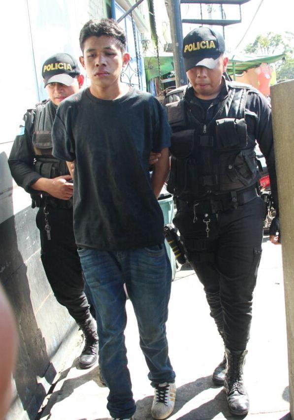Armando Alexander Miguel Martínez Magaña, de 20 años, fue aprehendido en la zona 6 de la capital, sindicado de haber herido a tres personas. (Foto Prensa Libre: PNC)