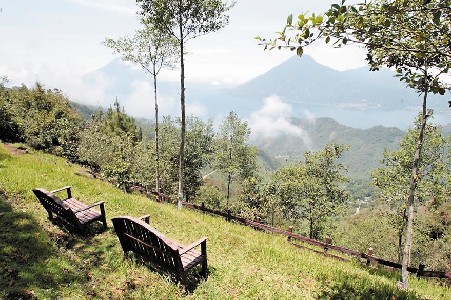 El mirador Ixchel ofrece una hermosa vista hacia el  Lago de Atitlán.