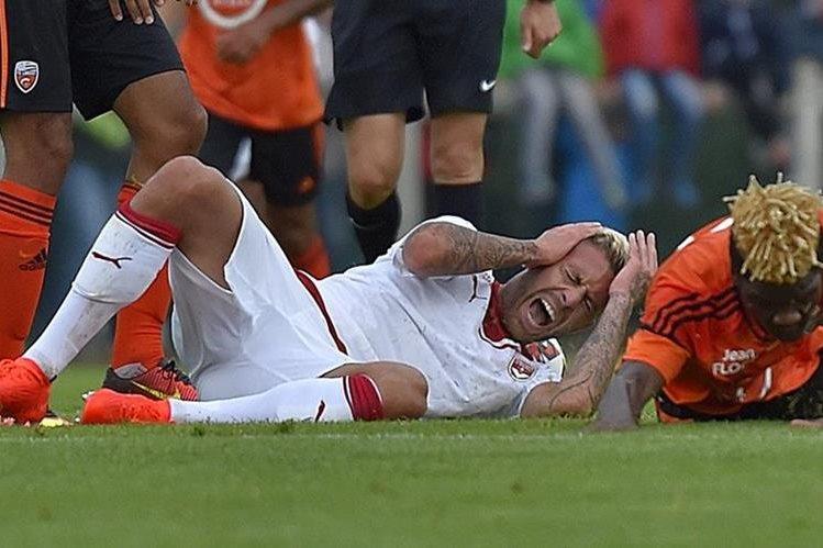 El momento en el que sufre la lesión Jérémy Ménez que le causa un corte en la oreja derecha. (Foto Prensa Libre: AFP)