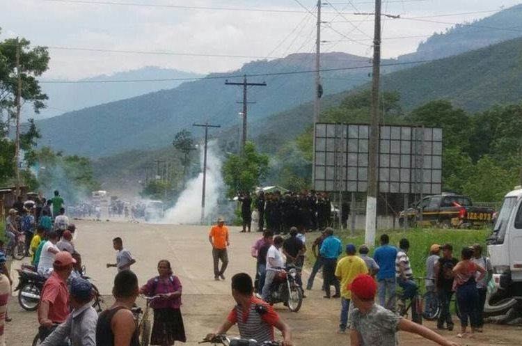 Momento en el que la turba es dispersada por la PNC. (Foto Prensa Libre: Cortesía).