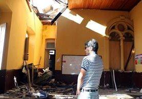 Los muros del establecimiento educativo tienen grietas más grandes, debido al terremoto del pasado jueves. (Foto Prensa Libre: Carlos Ventura)