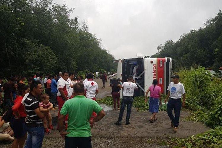 El autobús volcó sobre el asfalto, por circular a excesiva velocidad. (Foto: Cruz Roja)