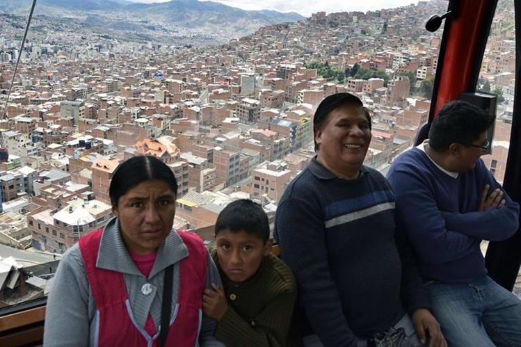 La red de teleféricos que recorrerán barrios populosos al norte de la ciudad, la zona este y las exclusivas zonas al sur de La Paz estarán concluidas en el 2019. (Foto Prensa Libre: AFP).