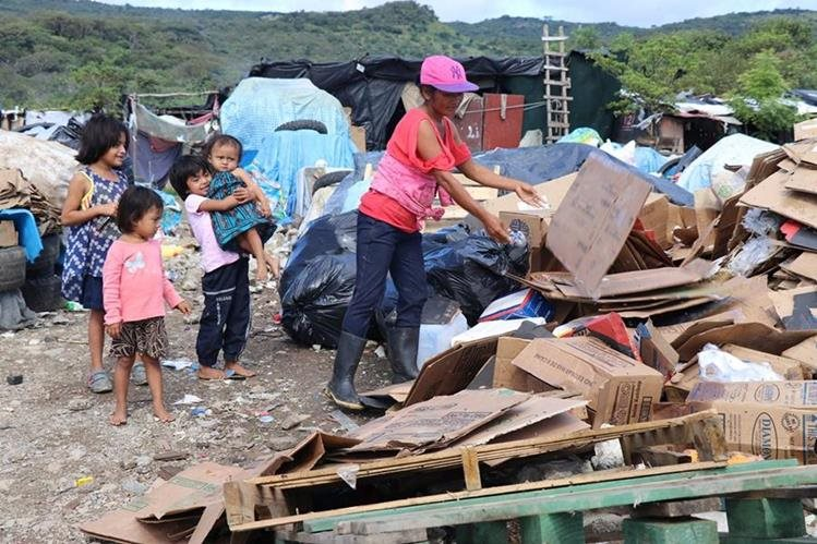 Doña Gloria Méndez comercializa productos reciclables desde hace seis años. (Foto Prensa Libre: Mario Morales)