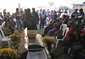 Vecinos asisten al velatorio del sololateco que murió en su intentó por buscar el sueño americano. (Foto Prensa Libre: Ángel Julajuj)