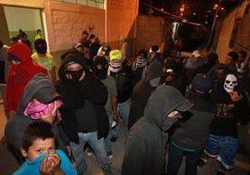 Vecinos de El Paraíso 2, zona 18, patrullan las calles con palos y gorros pasamontañas, por amenaza de extorsionistas. (Foto Prensa Libre: Estuardo Paredes)