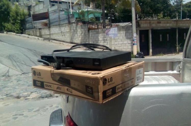 El reproductor DVD fue recuperado por docentes y personal de la PNC.(Foto Prensa Libre: Mario Morales)
