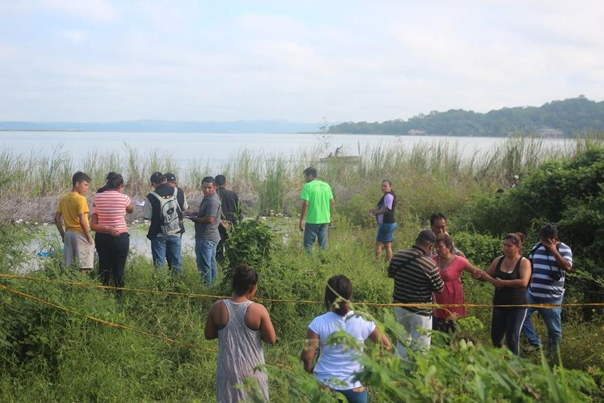 Curiosos permanecen en el lugar donde fue localizado el cadáver de Ingrid Jeaneth Coro. (Foto Prensa Libre: Rigoberto Escobar).