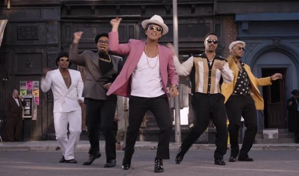 """Imagen del clip de """"Uptown Funk"""", de Bruno Mars y Mark Ronson, el cual, según Charly García, es plagio de su tema Funky."""