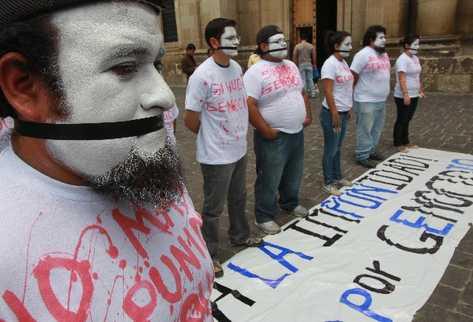 Organizaciones SOCIALES  se manifiestan frente a la Catedral Metropolitana  en repudio de  la suspensión del juicio por genocidio contra Efraín Ríos Montt.