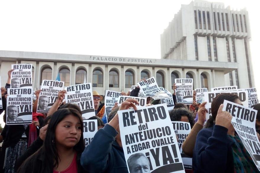 Un grupo de mujeres de Alta Verapaz manifiesta a favor que se retire el antejuicio al diputado oficialista Édgar Ovalle. (Foto Prensa Libre: Cortesía)