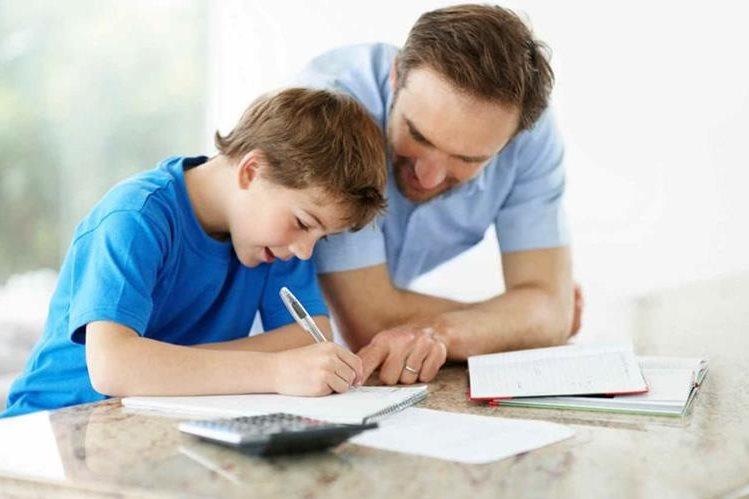Los padres pueden ayudar a sus hijos a fomentar sus capacidades cognitivas, lo cual le traerá éxito en su vida futura.