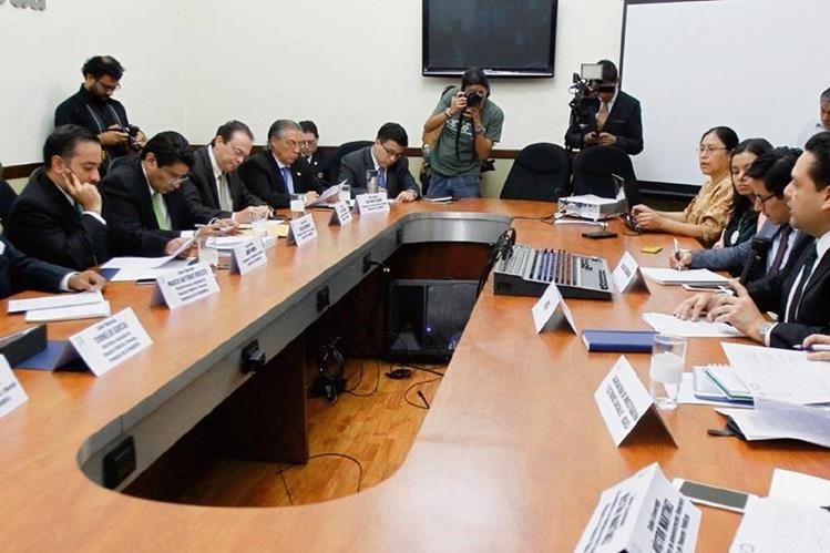 La reunión entre diputados y funcionarios del Ejecutivo fue en un hotel de la ciudad colonial. (Foto Prensa Libre: Miguel López)