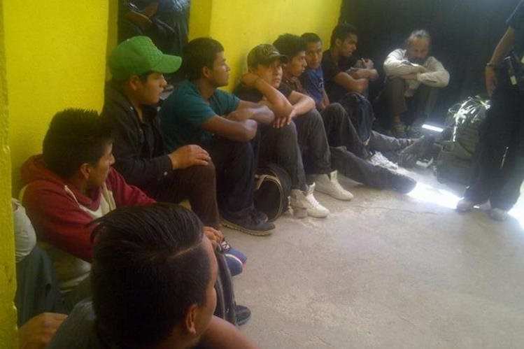 Agentes del MP dan asistencia a los migrantes liberados. (Foto Prensa Libre: PNC)