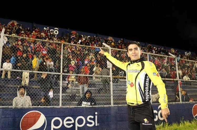 Manuel Rodas fue aplaudido por la afición de Xelajú. (Foto Prensa Libre: Raúl Juárez)