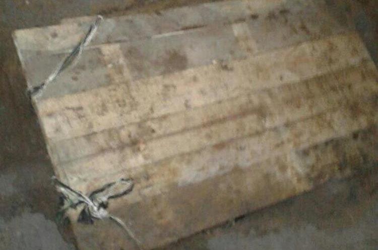 El agujero estaba cubierto con una tapadera de madera sobre la cual se habían colocado tonoles, para evitar que fuera localizado.