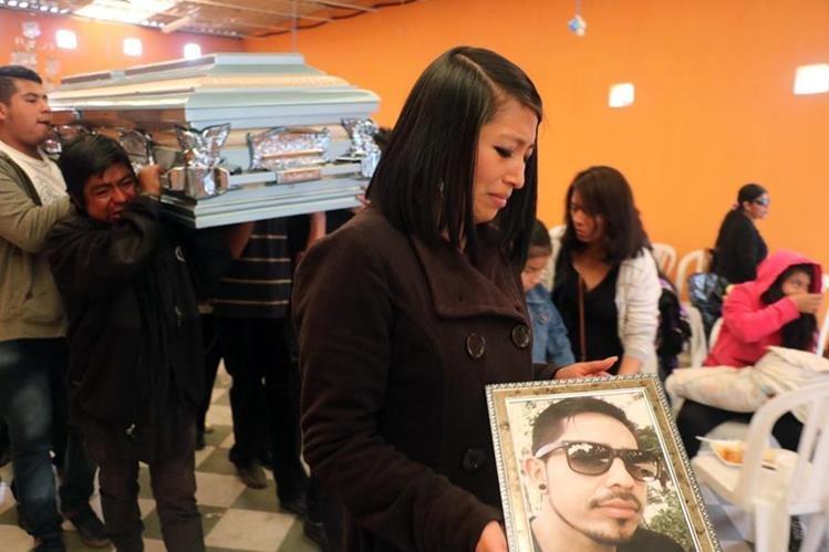 Familiares del piloto Eduardo Barrios Coyoy lamentan su muerte, luego de que fue baleado por un extorsionista el 7 de diciembre del 2016, en Xelajú. (Foto Hemeroteca PL)