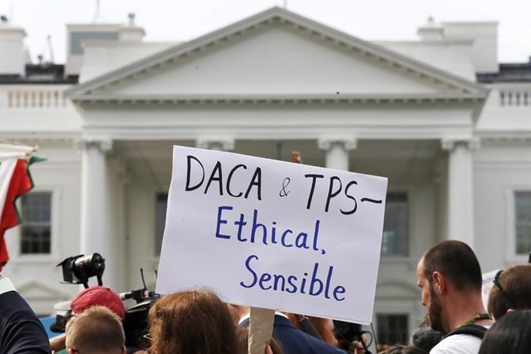Activistas apoyan el Daca fuera de la Casa Blanca, en Washington. (AP).