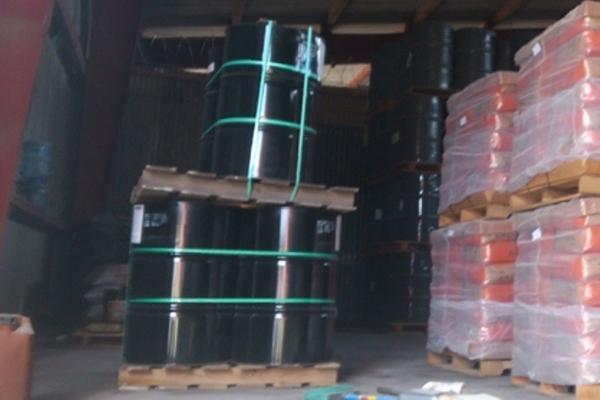 <p>Más de 100 toneles conteniendo supuestos químicos para elaborar droga sintética fueron incautados en Portuaria Santo Tomas de Castilla. (Foto Prensa Libre: MINGOB)<em><strong><br></strong></em></p><p><br></p>