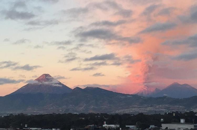El humo y la ceniza expulsada por el Volcán de Fuego pintó de naranja el cielo de los guatemaltecos. (Foto Prensa Libre: Nalú Valladares)