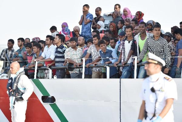 <em>&nbsp;Guardacostas italianos rescataN inmigrantes frente a costas libias.</em>