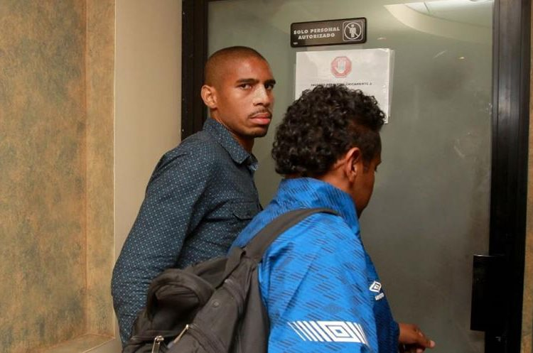 Roger Bastos dio su versión de la lesión provocada en una acción con José Manuel Contreras, de Antigua GFC. (Foto Prensa Libre: Carlos Vicente).