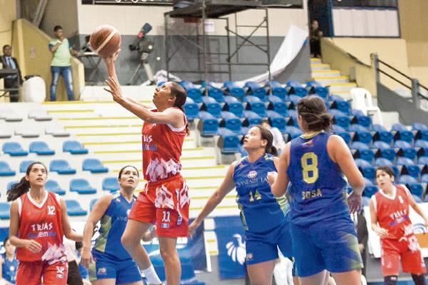 Blanca Amado, figura del combinado nacional, encesta durante el partido contra El Salvador. (Foto Prensa Libre: Norvin Mendoza)