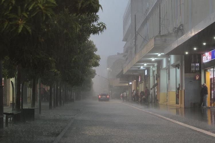 Intensa lluvia del jueves por la tarde provoc— acumulaci—n de agua en las calles del centro hist—rico, por algunos minutos las calles se vieron inundadas debido cantidad de liquido acumulado.  FOTO: çlvaro Interiano.   21/05/2015