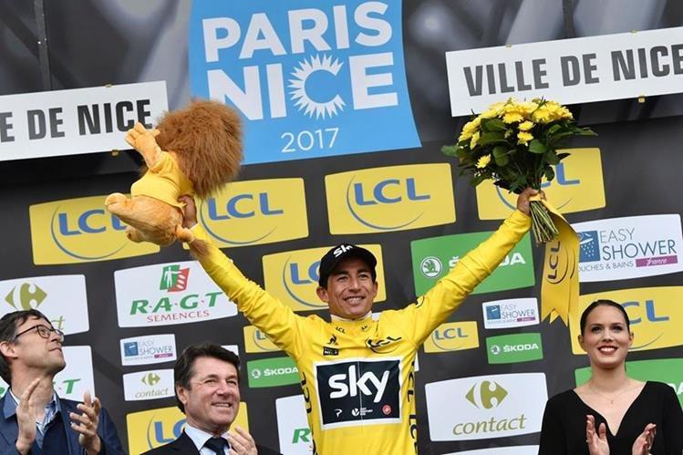 Sergio Henao festeja en el podio luego de imponerse en la prueba Paris - Niza. (Foto Prensa Libre: AFP)