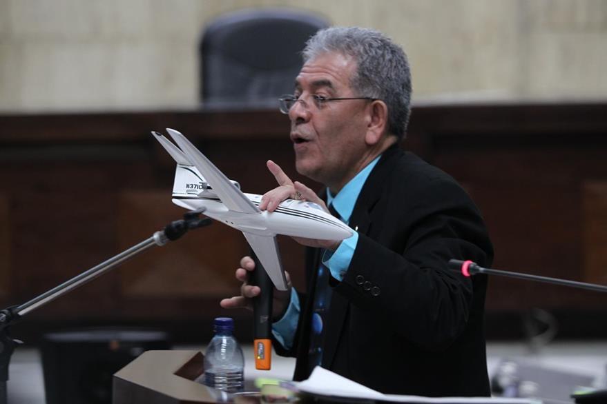 Miguel Ángel Gá‡lvez muestra una replica de un avi—ón como prueba al  inicio de audiencia. (Foto Prensa Libre: Érick Ávila)