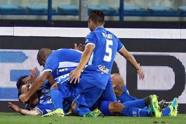 Celebración efusiva del Empoli en uno de los goles de esta tarde en el estadio Carlo Castellani. (Foto Prensa Libre: EFE)