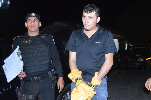 Mario Gonzáles Escobar al moento de ser trasladado a la sede policial. (Foto Prensa Libre: Jorge Tizol)
