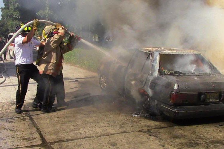 Bomberos Voluntarios apagan incendio en vehículo, en Mazatenango, Suchitepéquez. (Foto Prensa Libre: Melvin Jacinto Popá)