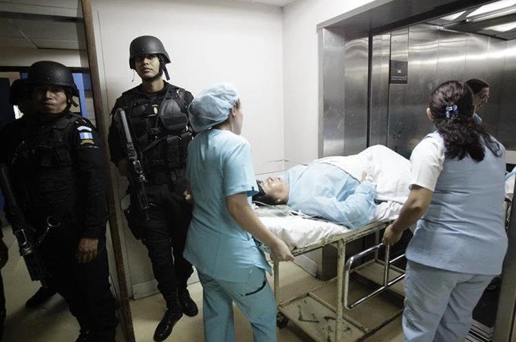 Agentes armados resguardan el Hospital Roosevelt mientras personal médico evacúa a pacientes. (Foto Prensa Libre: Carlos Hernández)