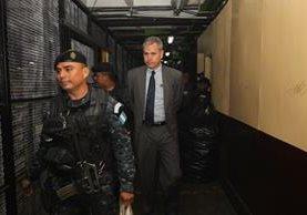 Diputado Christian Boussinot en su paso por carceletas previo a ser llevado al juzgado que ordenó su captura. (Foto Prensa Libre: Érick Ávila)